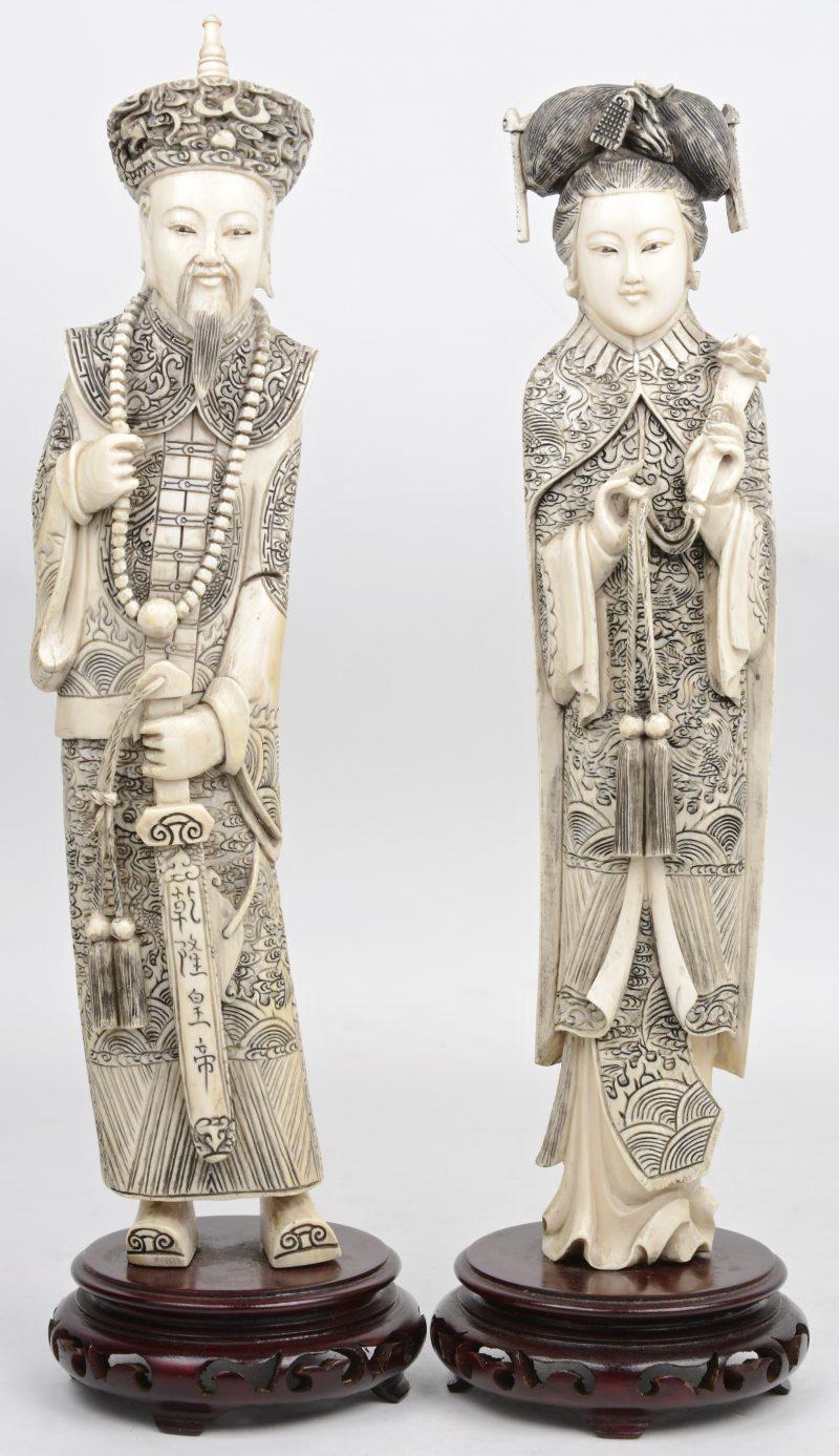 """""""Keizer en keizerin"""". Twee beelden van gesculpteerd massief ivoor. Chinees werk, begin XXe eeuw. Op houten sokkels."""