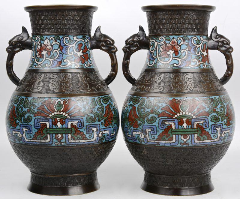 Een paar bronzen vazen, versierd met twee friezen van cloisonné met bloemenmotieven. Japan, tijdperk Meiji.