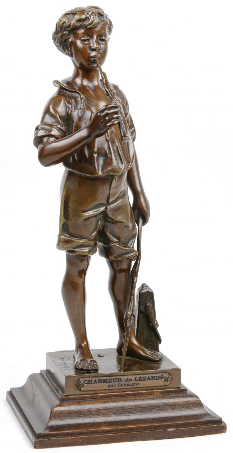 """""""Charmeur de lézards"""". Een bronzen beeld op houten sokkel. Gesigneerd."""