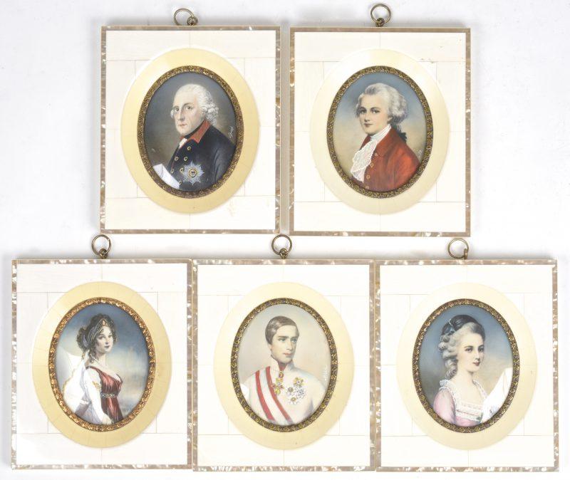 Een lot van vijf handgeschilderde miniaturen op ivoor en in met ivoor belegde lijstjes.