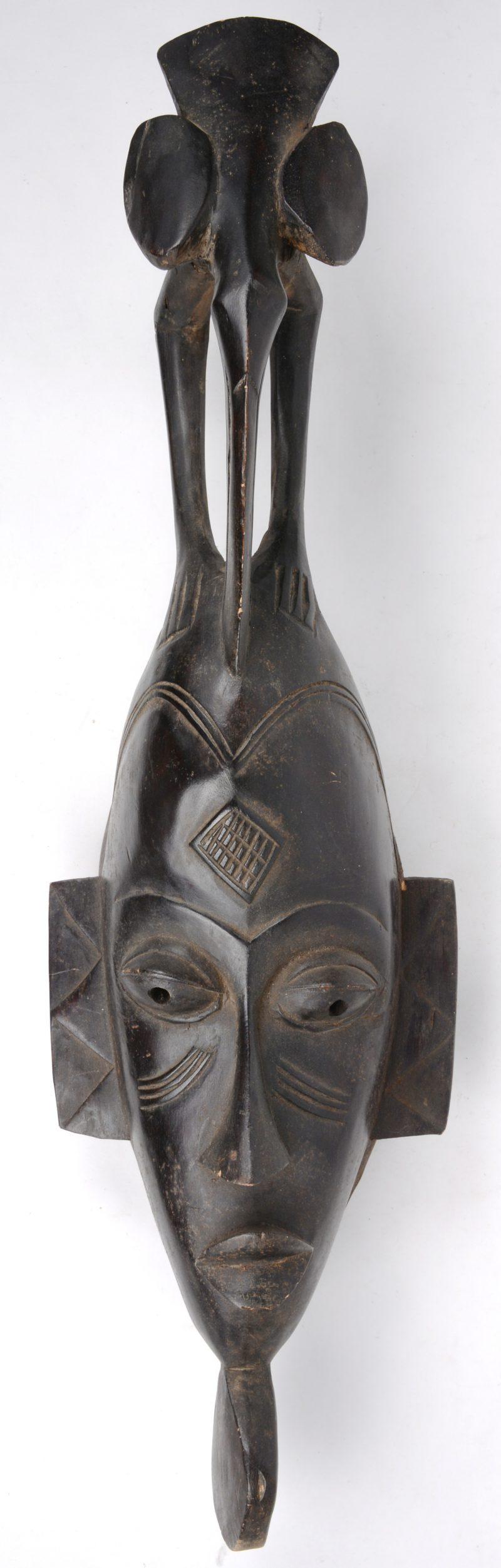 Een gesculpteerd houten masker. Baoule, Ivoorkust.
