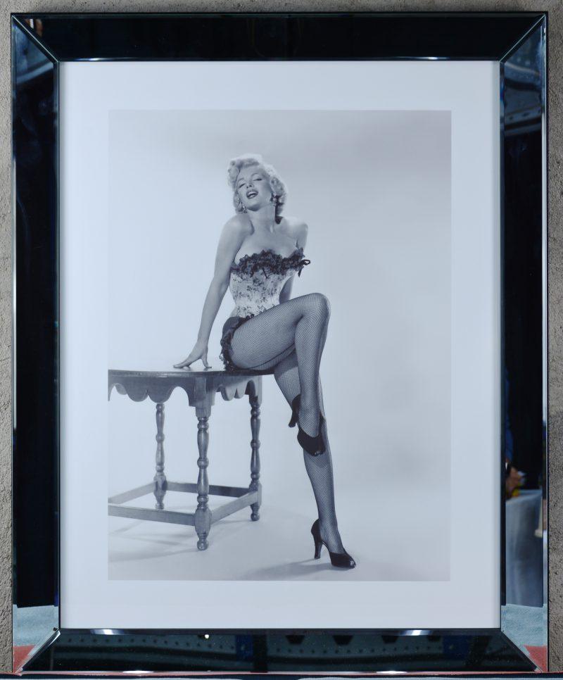 Een spiegellijst met een foto van Marilyn Monroe.