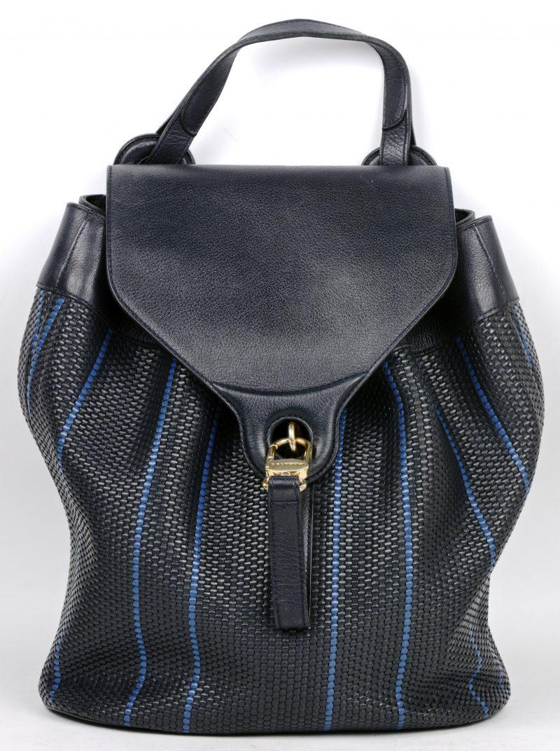 Een handtas van zwart leder met een geweven motief. Met spiegeltje en aankoopbewijsje. Met stofhoes