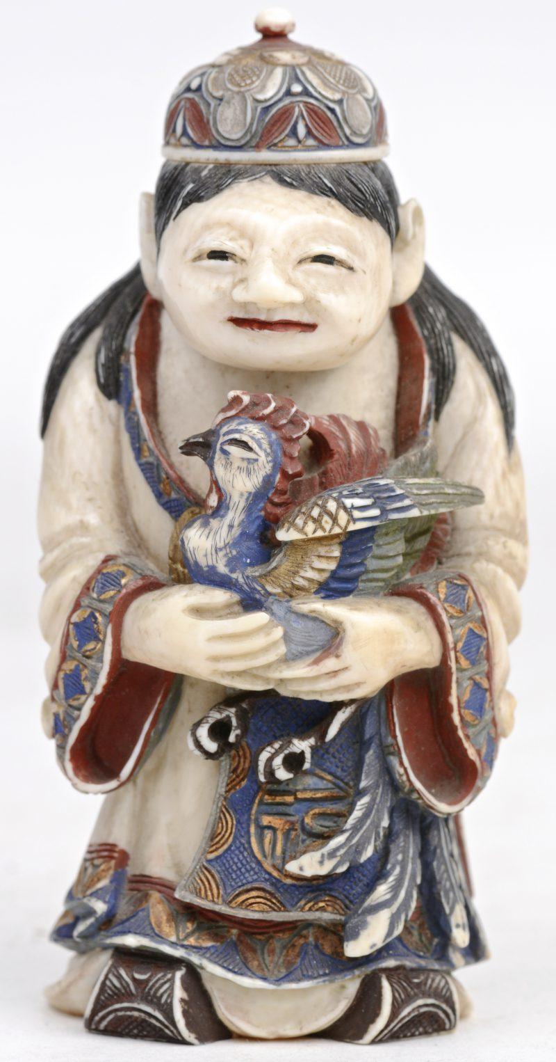 Een grote Chinese snuffbottle van gesculpteerd en gepolychromeerd ivoor in de vorm van een man met een haan. Eind XIXe eeuw. Onderaan gesigneed. Met rapport.
