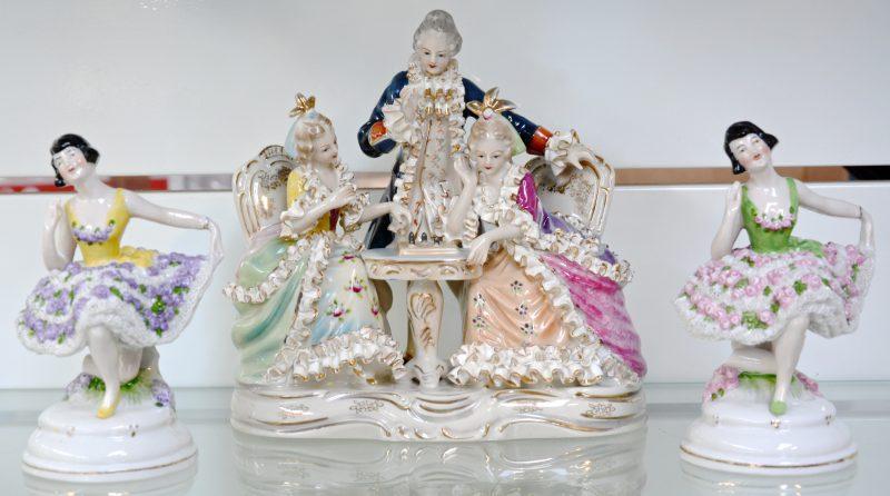 Een groepje en twee danseresjes van polychroom porselein.