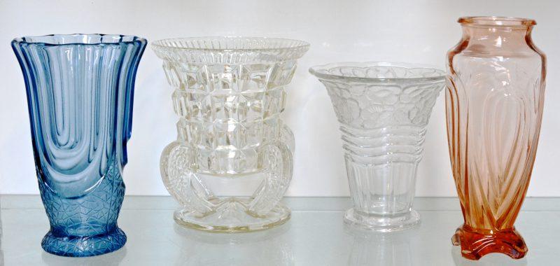 Een lot vazen van gegoten glas, waarbij twee gekleurde en twee kleurloze. Val St. Lambert & Bohemen.