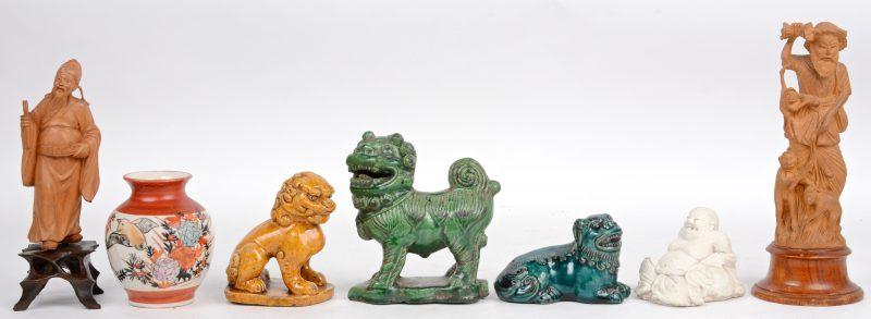 Een lot Chinoiserie, bestaande uit een vaasje, drie Fo-hondjes, twee houten beeldjes en een zittende Boeddha.