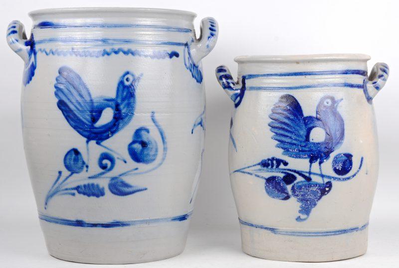 Twee grote potten van Belgische steengoed met een blauw op grijs decor van vogels.