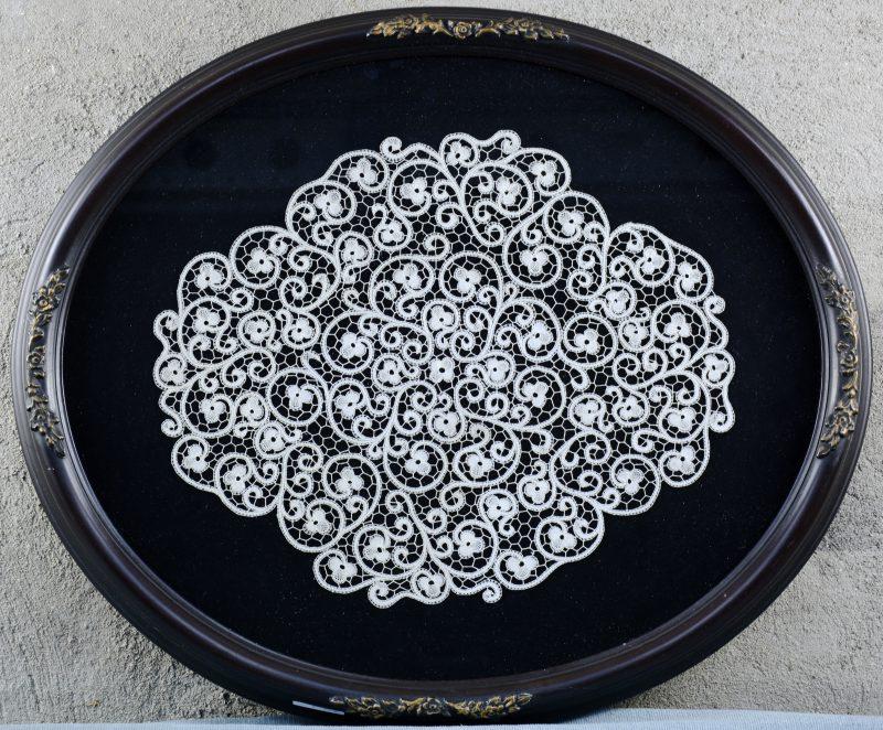 Een ovaal kader met bloemenkant.