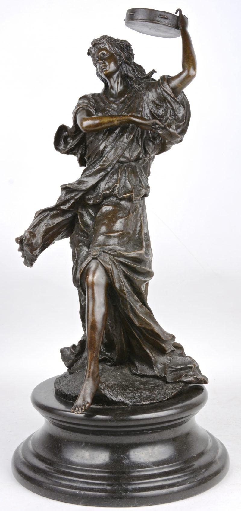 """""""Muzikante met bloemenkroon"""". Een bronzen beeld op marmeren sokkel. Gesigneerd."""