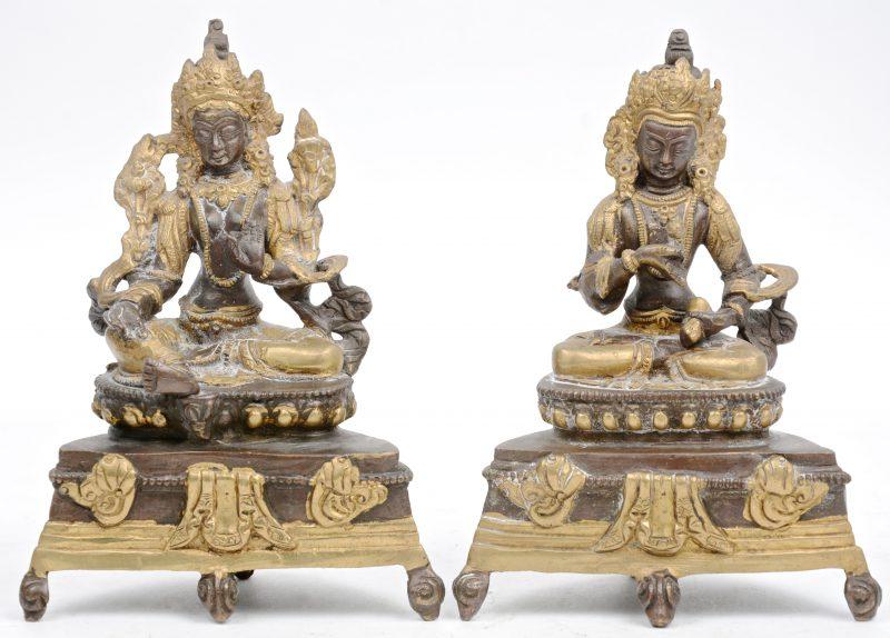 Een paar voorstellingen van Boeddha van deels verguld brons.