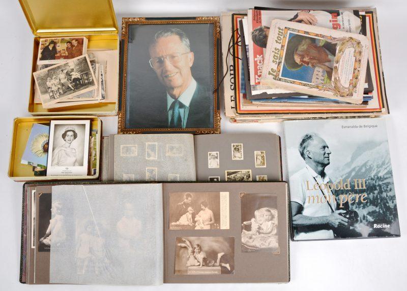 Een groot en gevarieerd lot oude tijdschriften, foto's, koekendozen, prenten, enz; met betrekking tor de Belgische Koninklijke familie.