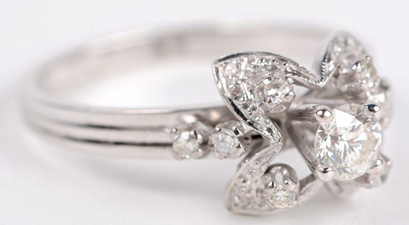 Een 18 karaats witgouden ring.