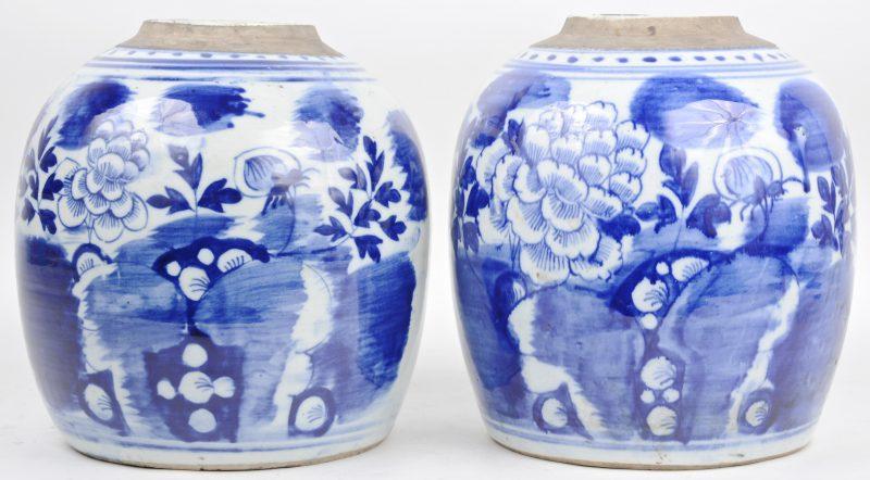 Een paar gemberpotten van Chinees porselein met een blauw op wit decor van pioenen. Zonder deksels.