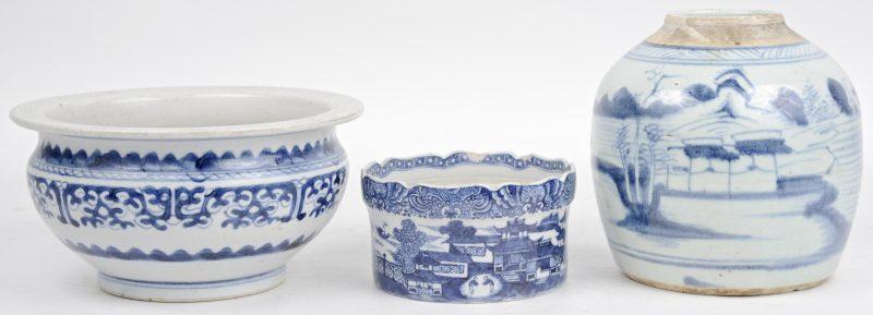 Een lot blauw en wit porselein, bestaande uit een gemberpot en twee schalen. (Eén met schilfers).