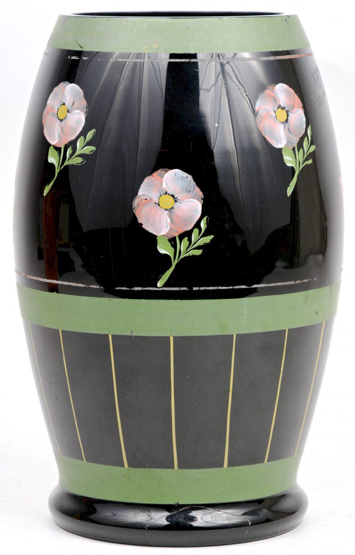 Een art deco vaas van Booms glas, versierd met een handgeschilderd bloemendecor.
