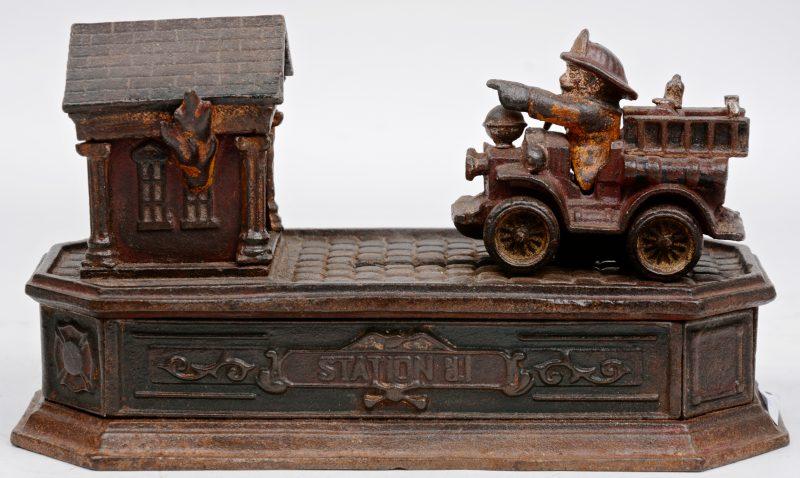 """""""Station no.1"""". Een oude gietijzeren spaarpot met een brandweerwagen."""