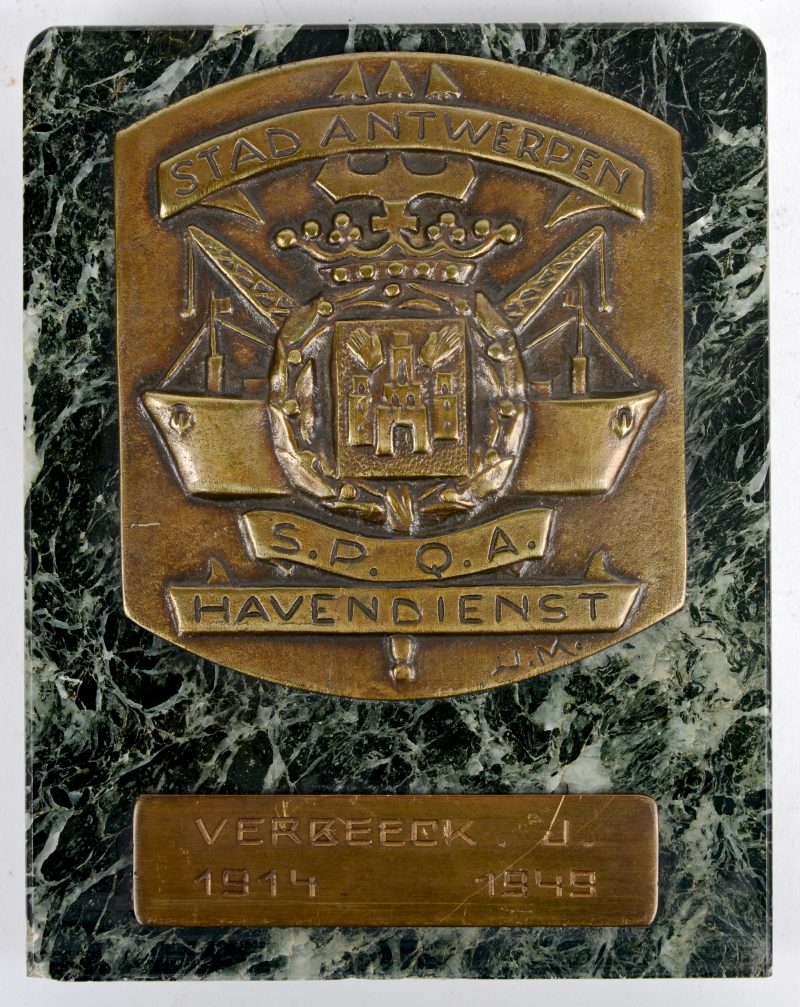 """""""Havendienst Antwerpen"""". Een bronzen plaquette op groen marmer. 1949."""