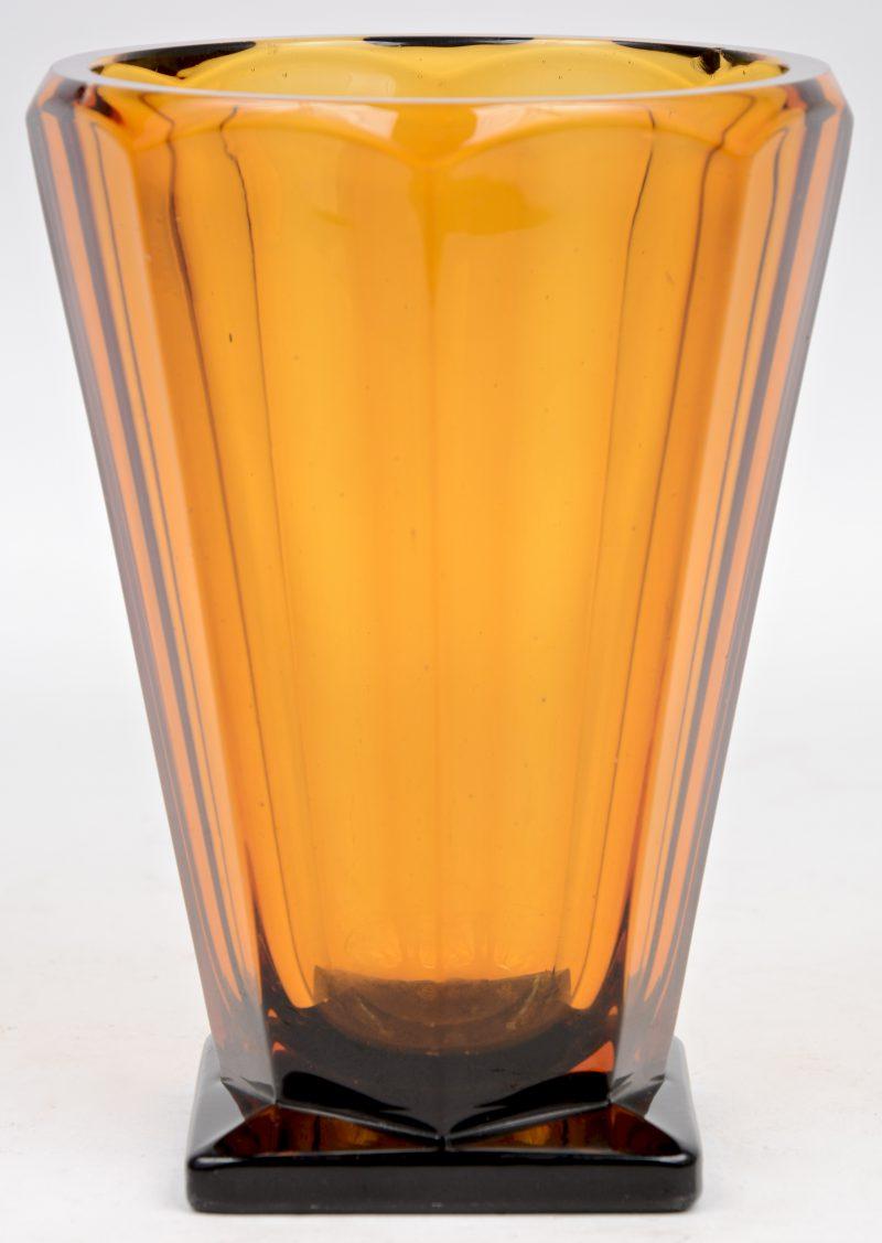 Een art deco vaas van amberkleurig glas. Kleine randschilfers.