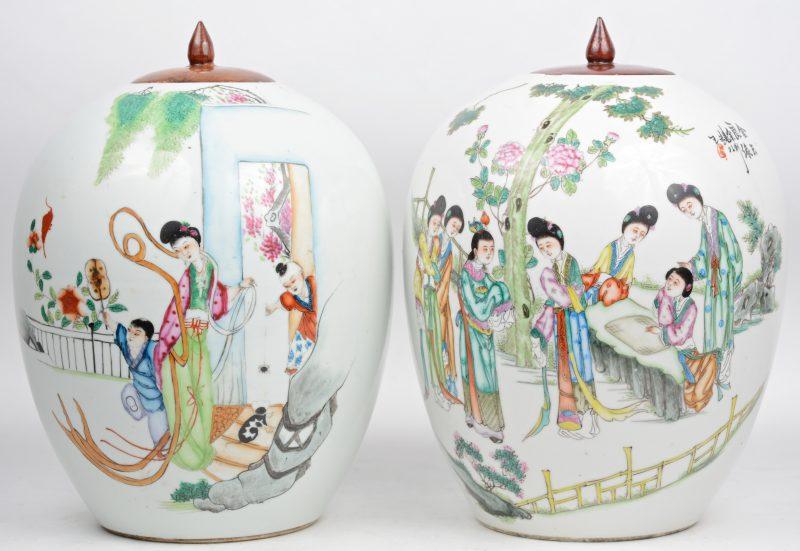 Een paar gemberpotten van Chinees porselein met een meerkleurig decor van la,nge Lijzen en kinderen. Met houten deksels. Omstreeks 1900. Eén met  kleine randschilfers.