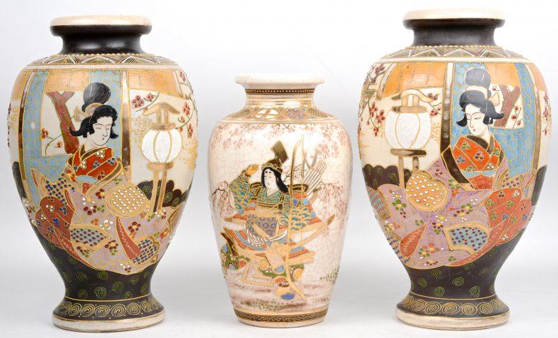 Een paar vazen van Satsuma-aardewerk met een geisha in het decor. We voegen er een kleiner exemplaar aan toe.