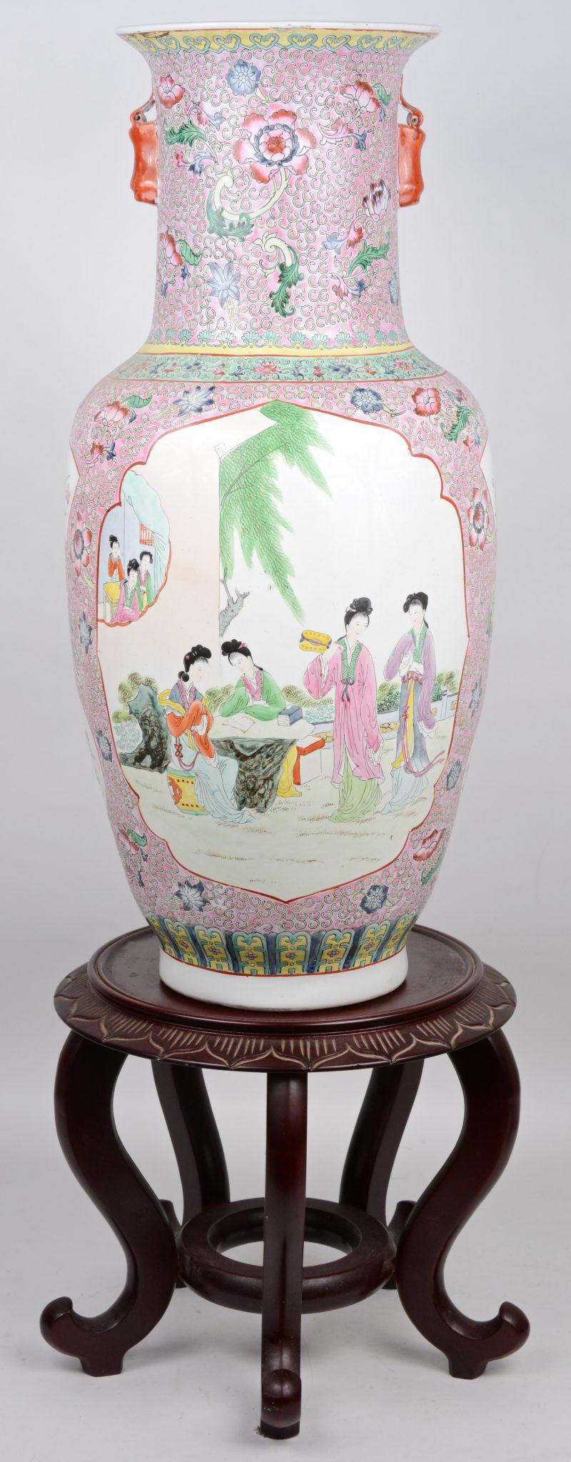Een grote balustervaas van Chinees porselein met een famille-rosedecor met lange Lijzen in cartouches. Onderaan gemerkt. We voegen er een houten sokkel aan toe.