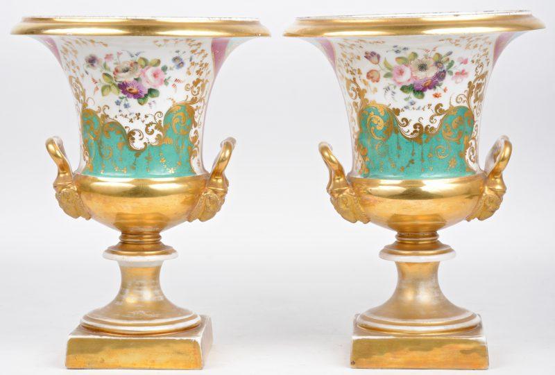 Een paar siervazen op voet van Frans porselein met handgeschilderd polychroom en verguld decor, XIXde eeuws.