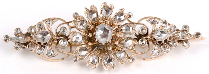Een 18 geel gouden broche met beweegbaar bloemvormig middenstuk bezet met diamanten oude slijp met een gezamenlijk gewicht van ± 3,20 ct.