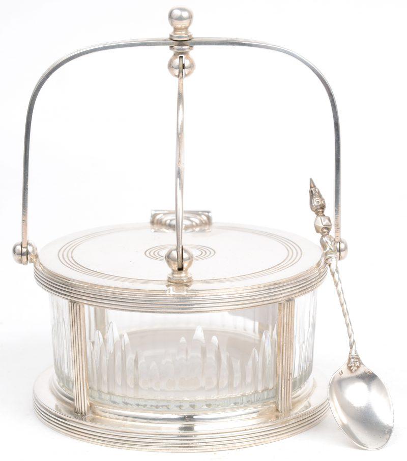 Een suikerpot van verzilverd metaal en glas. Gemerkt. Met een zilveren lepeltje.