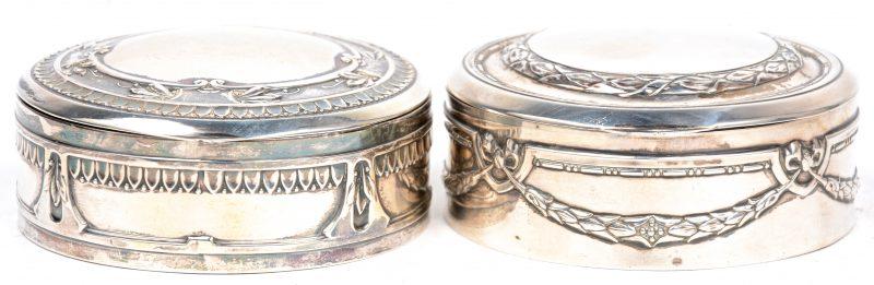 Een paar ronde dekseldoosjes van 800‰ zilver. Gemerkt.