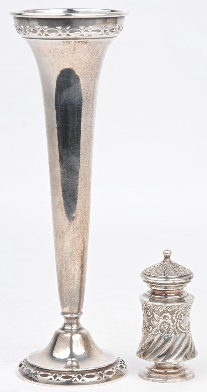 Een tulkpenvaasje en een zoutstrooier van Sterling zilver.