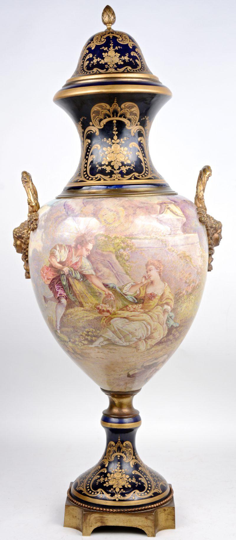 Een vaas van kobaltblauw aardewerk, versierd met een handgeschilderd meerkleurig decor en met bronsbeslag. In de stijl van het Sèvresporselein.