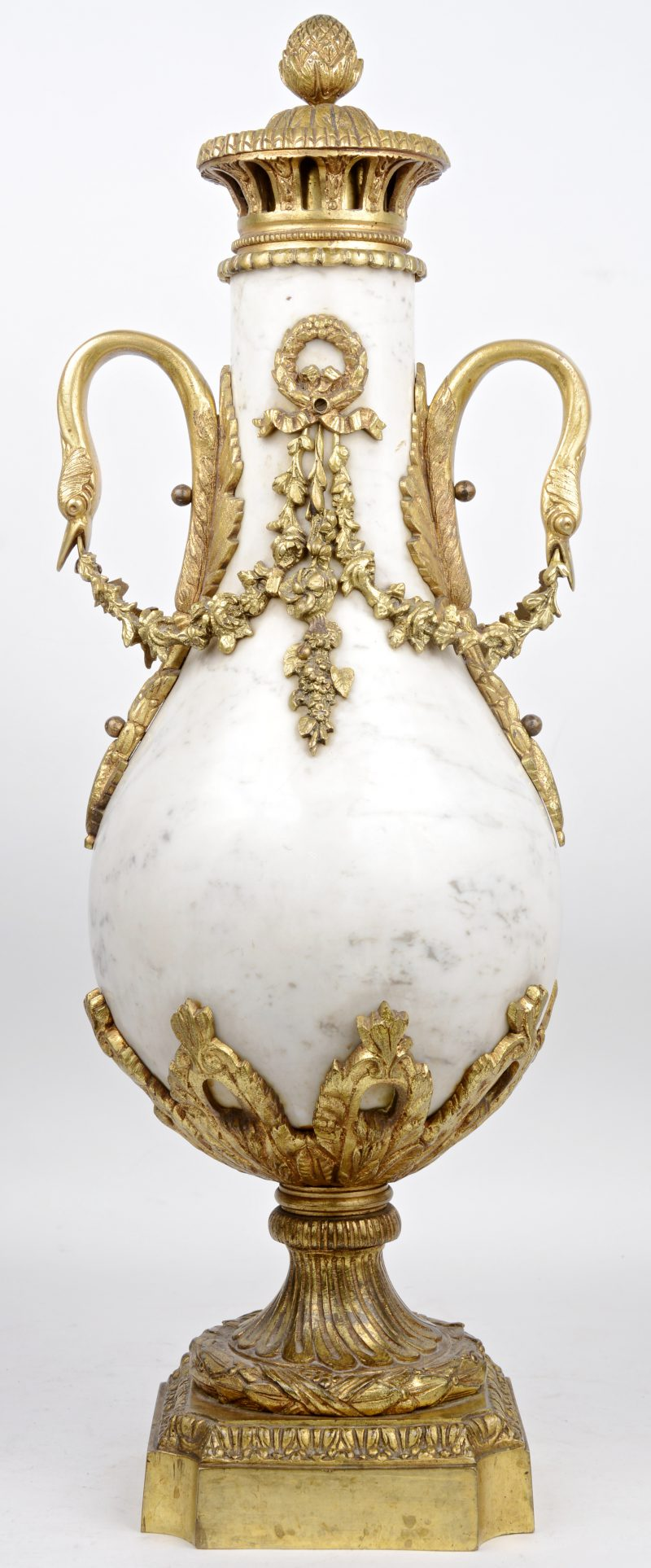 Een marmeren cassolette, versierd met bronsbeslag.