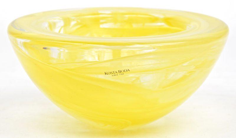 Een ronde schaal van geel glas. Gemerkt.
