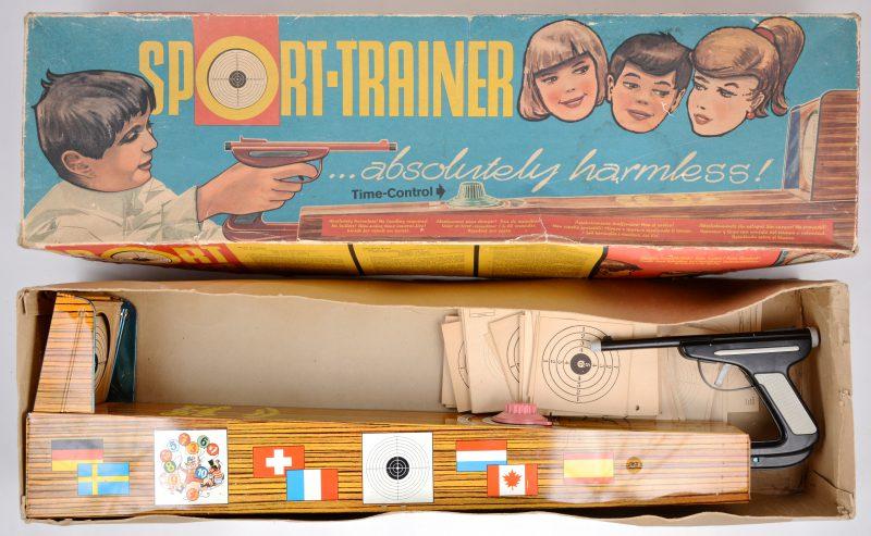"""""""Sport trainer"""". Oud speelgoed in de originele doos."""