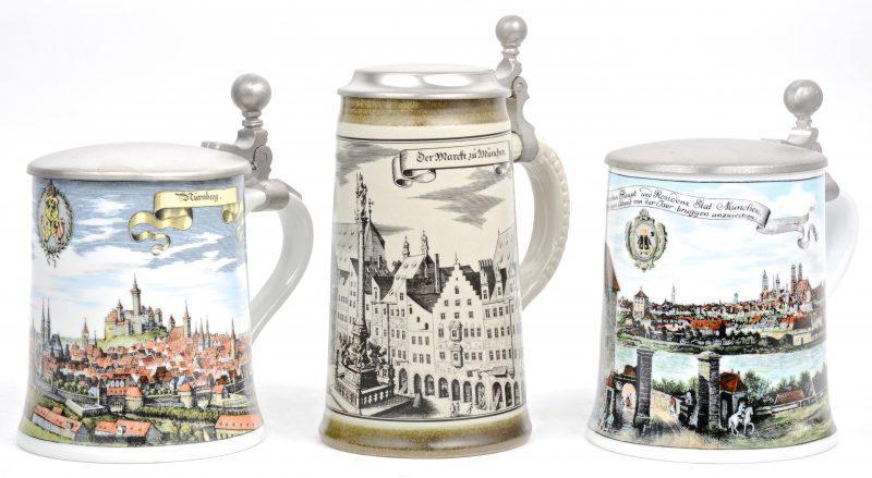 Drie Duitse bierpullen van meerkleurig porselein.