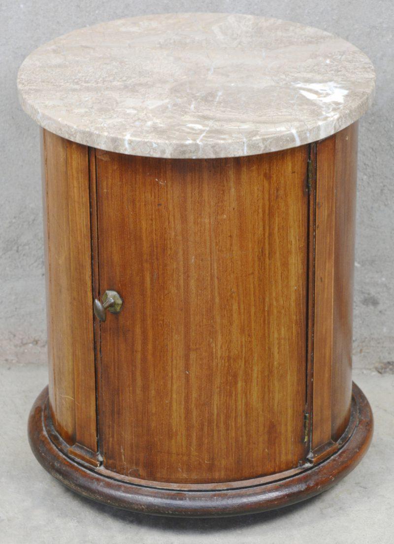 Een cilindervormig kastje van licht mahoniehout met één deur en een marmeren blad. Tijdperk Charles X.