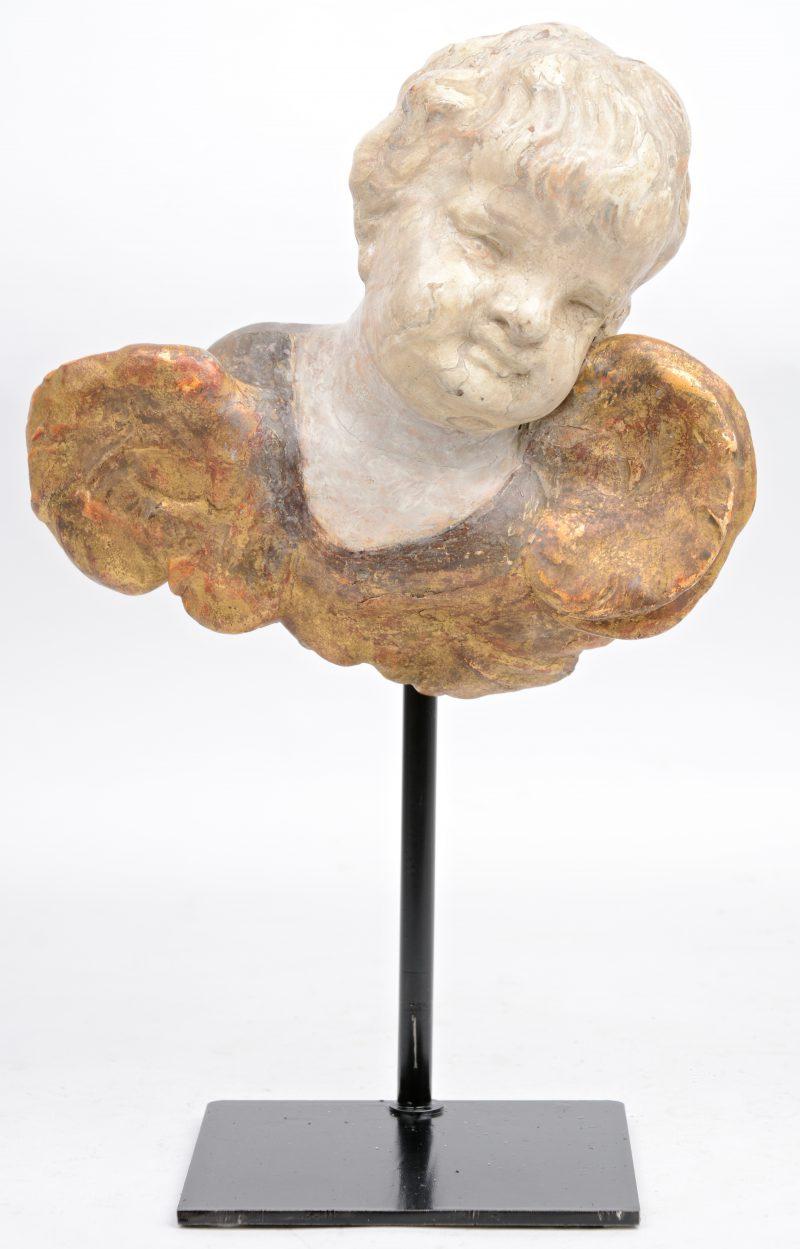 Een engeltje van gepatineerd hout. Vroeg XVIIIe eeuw. Op sokkel.