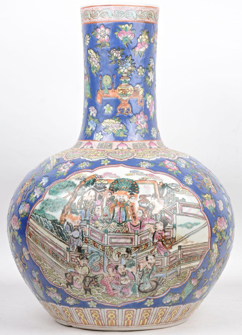 Een overwegend blauwe Chinese lange hals vaas van porselein met personages en bloemen. Onderaan gemerkt.