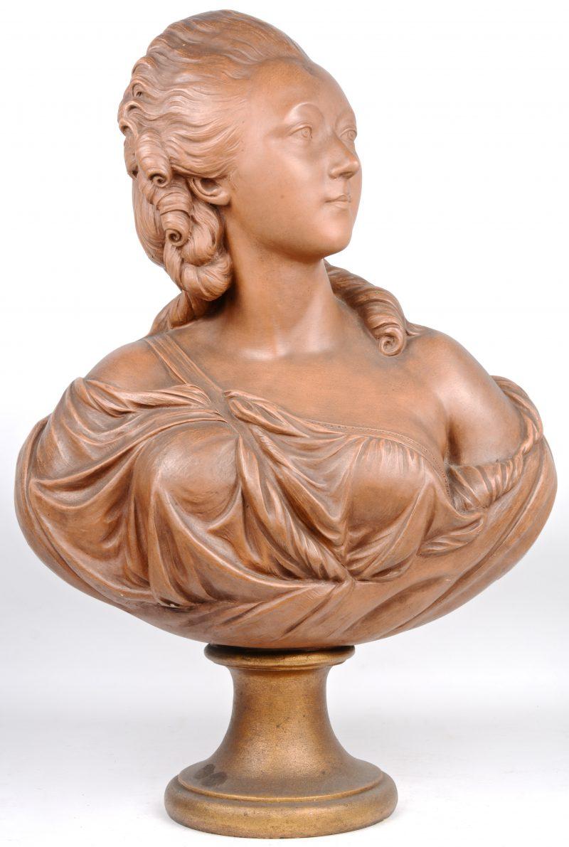 Een vrouwenbuste van bruingepatineerd terracotta naar XVIIIe eeuws voorbeeld. Gesigneerd 'Pajou'.