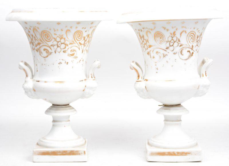 Een paar siervazen op voet van Brussels/Frans porselein. XIXe eeuw.