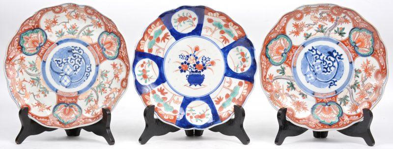 Een reeks van drie borden van Imariporselein.