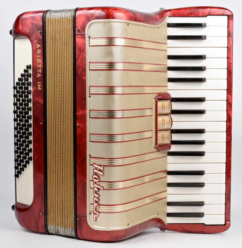 Een oude accordeon met bijhorende koffer