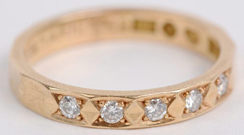 Een 18 karaats geel gouden ring met briljanten met een gezamenlijk gewicht van ± 0,10 ct.