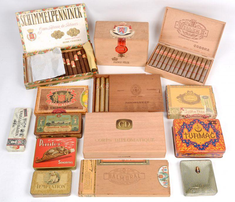 Een lot van vijftien verschillende sigaren- en digarettendoosjes.