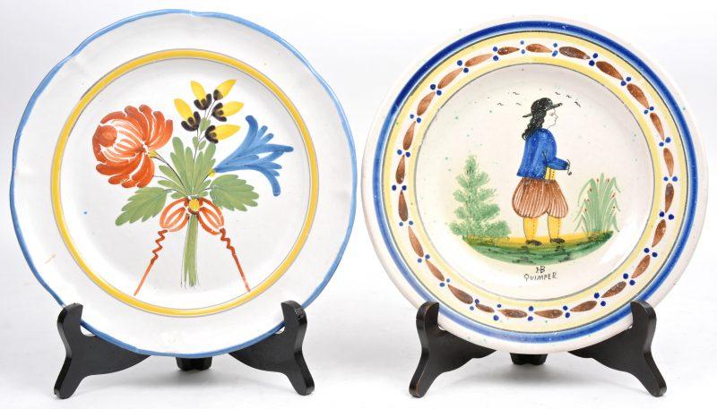 Twee borden van van Frans aardewerk met meerkleurige decors.