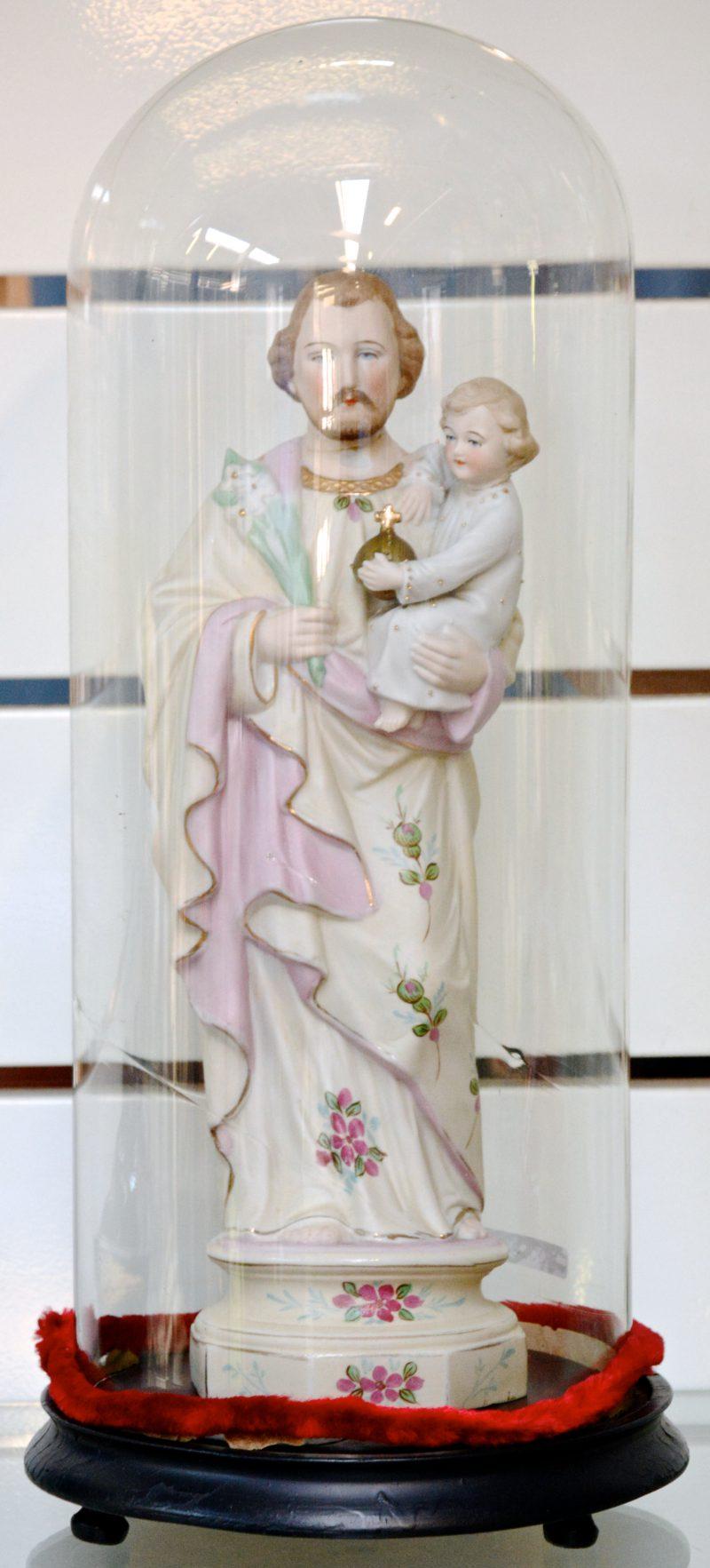 Een Sint Jozef met kind van meerkleurig biscuit. Onder stolp.