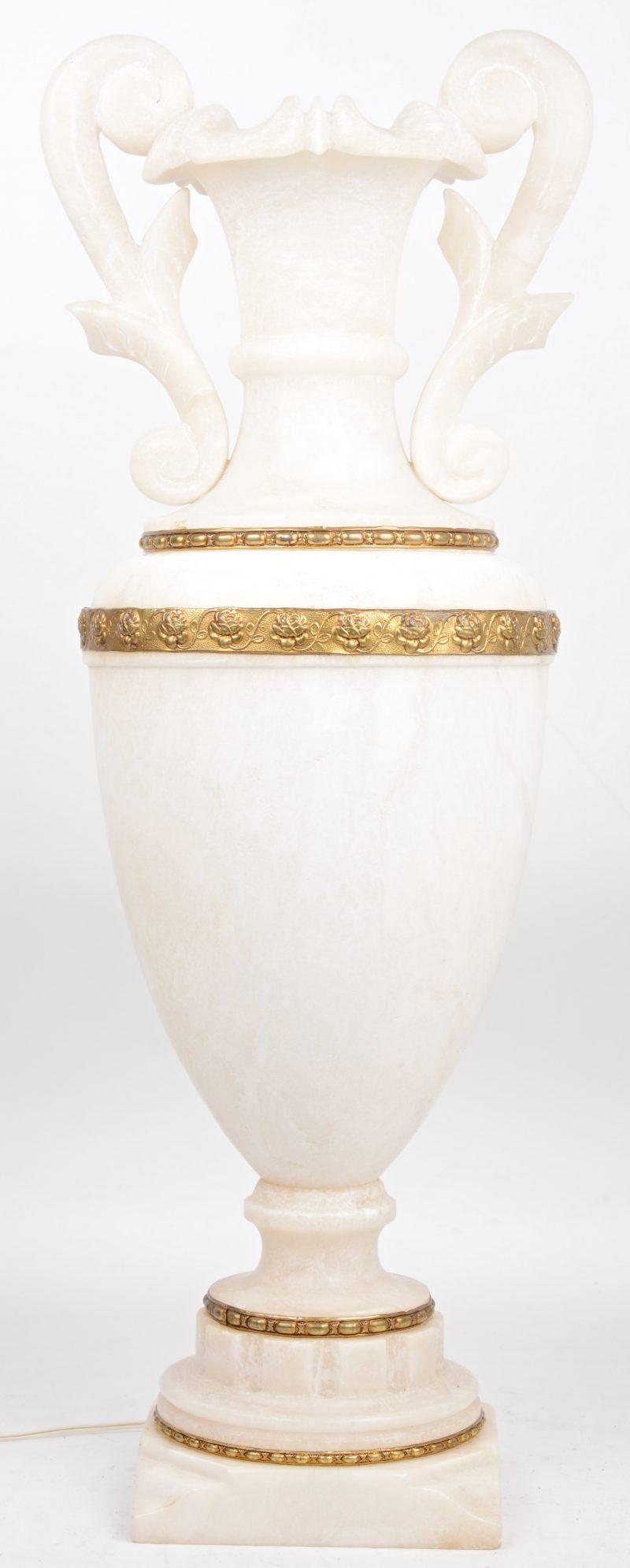 Een albasten lamp in de vorm van siervaas.