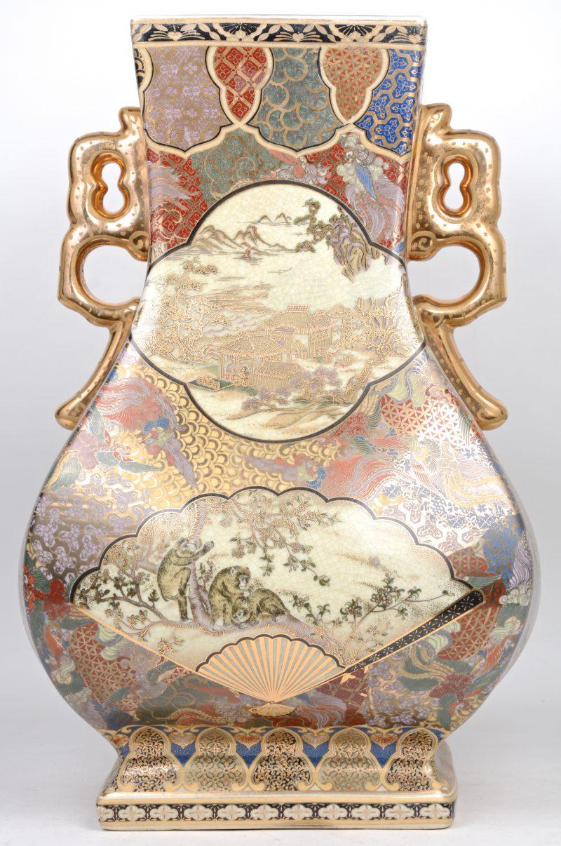 Een vierkantige vaas van meerkleurig Satsuma-aardewerk.