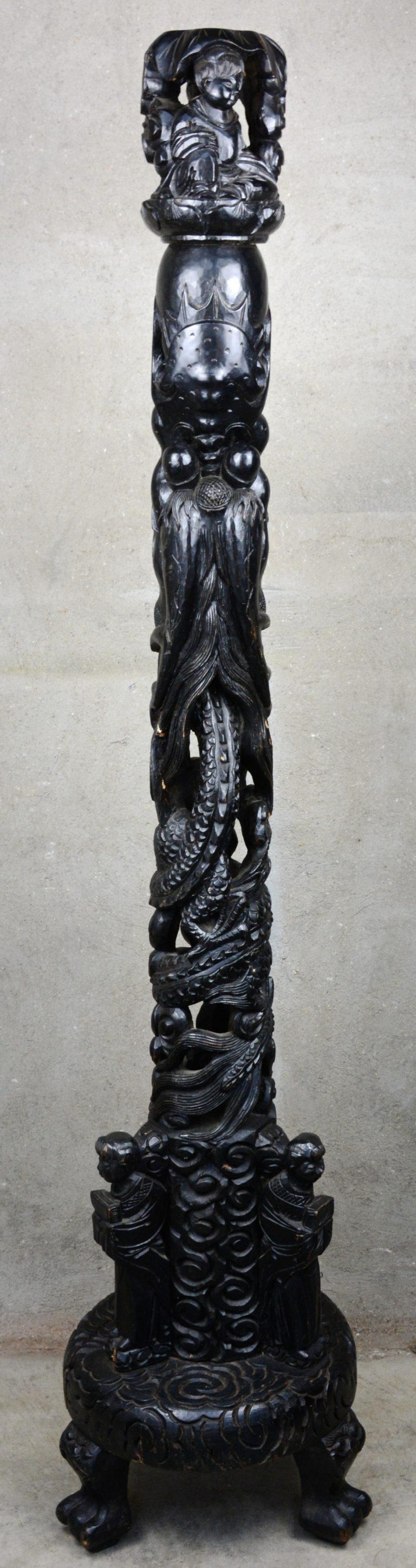 Lampvoet van gesculpteerd en gezwart hout versierd met personages. Aziatisch werk.